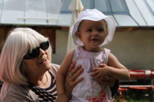 MisGrosi Kinderbetreuung Grosi mit Kleinkind